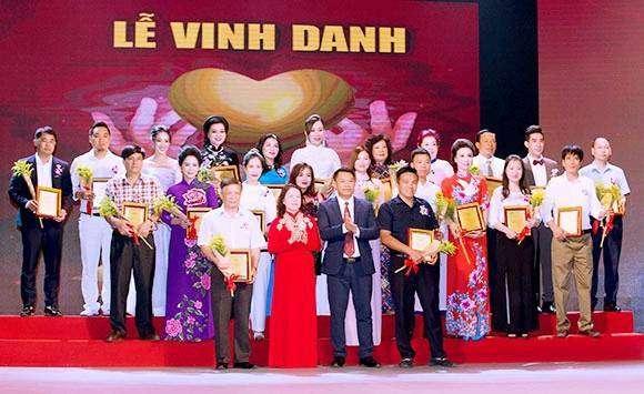 https://mbtdonganh.vn/wp-content/uploads/2018/09/le-vinh-danh-doanh-nhan.jpg